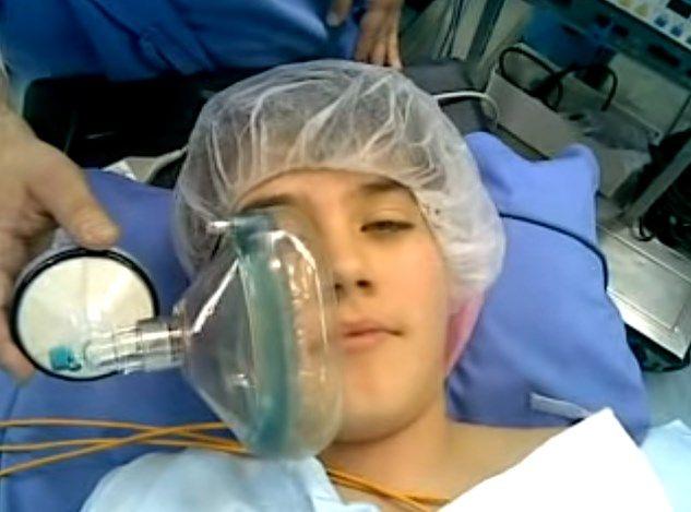Según lo requiera el paciente, se administrará anestesia local o general.